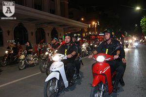 Công an Hà Nội trắng đêm trên đường cùng người hâm mộ bóng đá