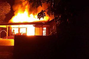 Lửa cháy đùng đùng giữa đêm thiêu rụi một căn nhà