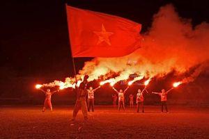 Cổ động viên Hải Phòng đốt pháo sáng tưng bừng khắp nơi mừng U23 vào bán kết
