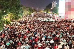 Sau vỡ òa hạnh phúc, người hâm mộ U23 Việt Nam có hành động bất ngờ trên phố đi bộ