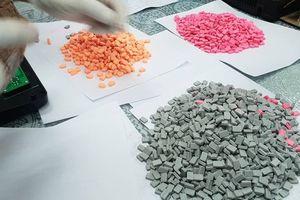 Mở thùng hàng từ châu Âu, thấy hơn 7,5 kg thuốc lắc