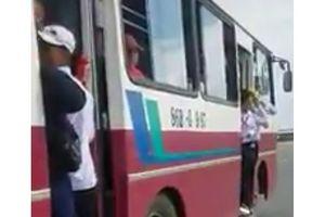 Tài xế để học sinh đu bám trên cửa xe buýt bị tước giấy phép lái xe 2 tháng