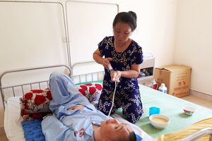 Người mẹ nghèo 7 năm nhặt rác, chăm con ở bệnh viện