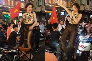 Clip gái xinh mặc nội y nhảy giữa phố Sài Gòn mừng U23 Việt Nam thắng Syria