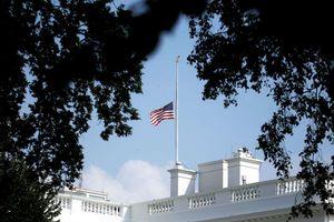 Nhà Trắng bối rối trong cách treo cờ sau khi ông McCain mất