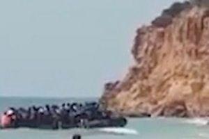 Clip: Khách du lịch ngỡ ngàng trước cảnh người di cư đổ bộ bãi biển Tây Ban Nha