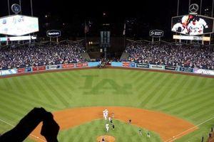 Clip: Khoảnh khắc cả sân vận động chìm trong bóng tối do mất điện