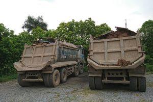 Xe tải tiếp tục rải đất ra đường tại thành phố Hà Nội
