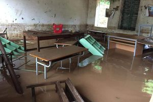 Clip: Trường tiểu học chìm trong biển nước, học sinh nháo nhác tránh lũ tại Sơn La
