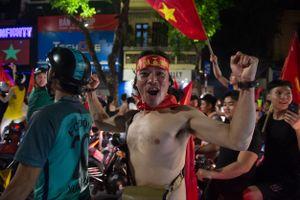 CĐV Thủ đô 'quên ngủ' ăn mừng chiến thắng của Olympic Việt Nam tại vòng tứ kết