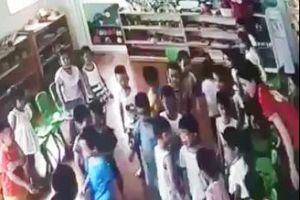 'Phẫn nộ' cô giáo xúi các bé lao vào đánh một bạn trong lớp