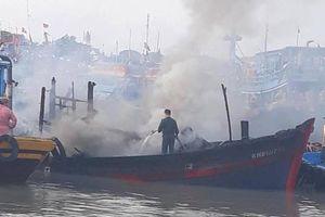 Tàu cá bốc cháy, thuyền viên ôm phao nhảy xuống biển