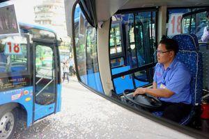 Phạt 11 tài xế hút thuốc, nghe điện thoại khi lái xe buýt ở Sài Gòn
