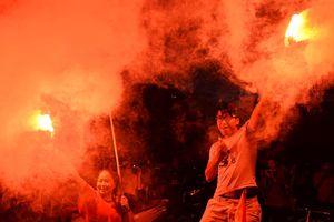 Hàng nghìn CĐV xuống đường 'đi bão' cảm ơn Olympic Việt Nam