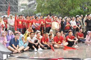 Hình ảnh người Sài Gòn đội mưa cổ vũ cho đội U23 Việt Nam