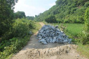 Không chịu nổi mùi hôi thối từ bãi rác ô nhiễm, dân đổ đá chặn xe môi trường