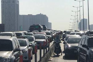 Xe bồn 'làm xiếc' trên cầu Sài Gòn gây ùn tắc hàng cây số
