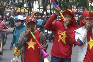 Người hâm mộ cả nước náo nức cổ vũ Olympic Việt Nam