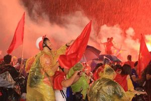 CĐV 'thắp lửa' dưới mưa sau siêu phẩm của Minh Vương