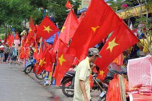 Cờ đỏ sao vàng rợp phố trước giờ Olympic Việt Nam xung trận