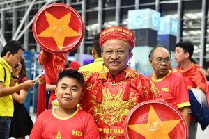 Đỏ rực cờ đỏ sao vàng cổ vũ U23 Việt Nam trước giờ 'G'