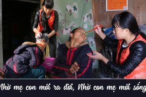 Cô bé chăm mẹ tàn tật suốt 10 năm, đi học xa nhà muốn mang mẹ theo để chăm sóc