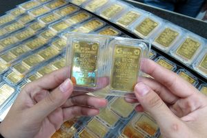 Vàng tiếp tục bị bán tháo kìm đà tăng giá