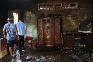 Chủ nhà vừa ra khỏi đi siêu thị, căn nhà bốc cháy dữ dội