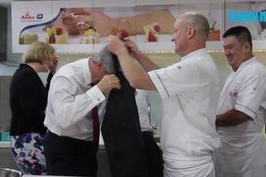 Xem Bộ trưởng New Zealand vào bếp
