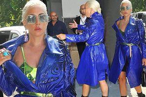 Lady Gaga diện áo choàng nhựa, lấp ló nội y, đi giày cao cả tấc