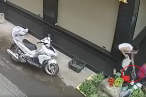 Clip: Cô gái trẻ đi xe tay ga trộm túi xách của bà bán rau rồi tẩu thoát