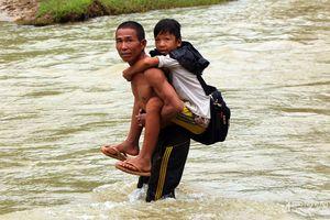 Con Cuông: Cầu tạm bị cuốn trôi, phụ huynh cõng con vượt suối đến lớp