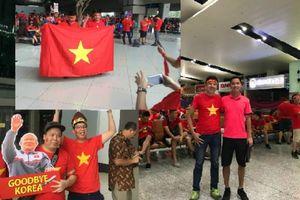'Rừng' cờ đỏ sao vàng của cổ động viên Việt Nam phủ khắp sân bay Jakarta - Indonesia