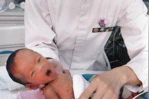 Cảnh báo: Bé 6 tháng tuổi đã có kinh nguyệt do chế độ dinh dưỡng của mẹ