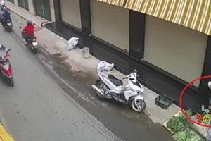 Bắt khẩn cấp người phụ nữ đi xe sang trộm túi tiền của bà cụ bán rau