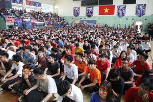 Choáng ngợp chưa từng thấy: ĐH Bách khoa Hà Nội biến thành sân vận động sức chứa hàng nghìn người phủ đầy màu cờ sắc áo