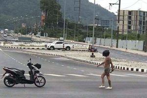 Chỉ mặc đồ lót và mang theo con dao dài 80 cm, người đàn ông gây náo loạn cả khu phố Thái Lan