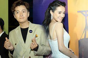 Lần đầu xuất hiện sau lễ đính hôn với Trường Giang, Nhã Phương khéo léo giữ khoảng cách với Ngô Kiến Huy