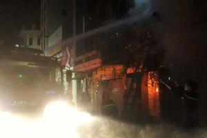 3 ngôi nhà bốc cháy ngùn ngụt trên phố sầm uất nhất Thanh Hóa