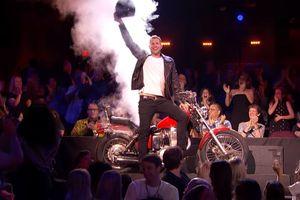 Màn ảo thuật dịch chuyển gây kinh ngạc: Cả người và mô tô cùng biến mất, từ sân khấu xuống khán giả chưa đầy 10 giây