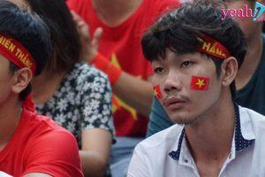 Cổ động viên Việt Nam thất thần khi đội nhà để thủng lưới 2 bàn sau hiệp 1 trận bán kết ASIAD 2018