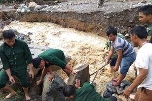 Đoàn Kinh tế - Quốc phòng 4 (Quân khu 4) giúp dân ổn định cuộc sống sau mưa lũ