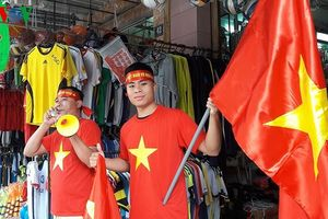 Người dân Miền Trung mua cờ Tổ quốc sẵn sàng cổ vũ cho Olympic Việt Nam