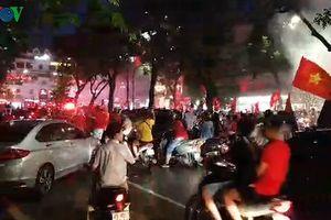 Olympic Việt Nam thua trận, CĐV Thủ đô vẫn kéo nhau ra đường