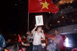 Hàng ngàn người Hà Nội đội mưa xuống phố ủng hộ Olympic Việt Nam