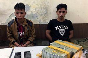 Bắt quả tang hai anh em vận chuyển trái phép 18 bánh heroin