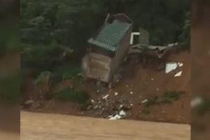 Căn nhà 2 tầng đổ sập xuống sông Lò