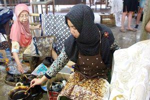 Loại vải nào gắn bó với người Indonesia từ sơ sinh đến lúc qua đời?