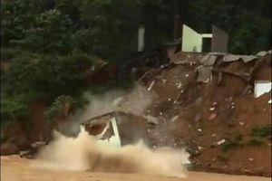 Kinh hoàng cả ngôi nhà đổ sập xuống sông