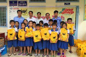 Tặng tập Đầu Trâu cho học sinh nghèo vùng lúa - tôm